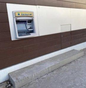 Bankautomat mit Stufe davor