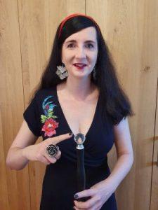 Jennifer Sonntag zeigt auf Kristall an ihrem Langstock