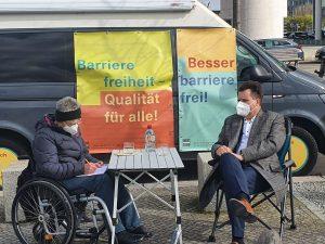 Dr. Sigrid Arnade und Jürgen Dusel im Gespräch am Mehr Barrierefreiheit Wagen