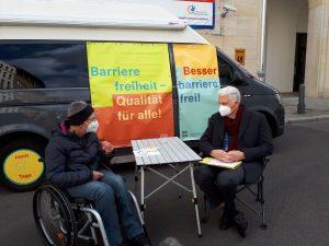 Dr. Sigrid Arnade im Gespräch mit Dr. Rolf Schmachtenberg am Barrierefreiheit Wagen