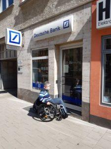 Dr. Sigrid Arnade vor einer Deutsche Bank Filiale mit Stufe in Mainz