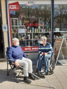 Dr. Sigrid Arnade im Gespräch mit Gerlinde Busch vorf einem Handy-Laden
