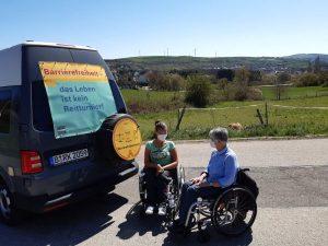 Dr. Sigrid Arnade und Nancy Poser am Mehr Barrierefreiheit Wagen im Grünen in Trier