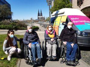 Rose Jokic, Sigrid Arnade, Ellen Kuhn und Horst Ladenberger am Mehr Barrierefreiheit Wagen in Köln