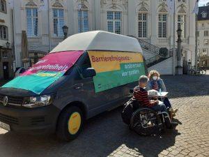 Dr. Sigrid Arnade im Gespräch mit Dagmar Greskamp am Mehr Barrierefreiheit Wagen