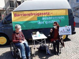 Dr. Sigrid Arnade im Gespräch mit Marion Frohn am Mehr Barrierefreiheit Wagen in Bonn