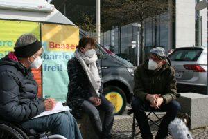 Dr. Sigrid Arnade im Gespräch mit Dr. Britta Schlegel und Dr. Leander Palleit am Mehr Barrierefreiheit Wagen
