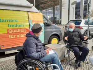 Dr. Sigrid Arnade im Gespräch mit Peter Weiß vor dem Mehr Barrierefreiheit Wagen am Recihstag