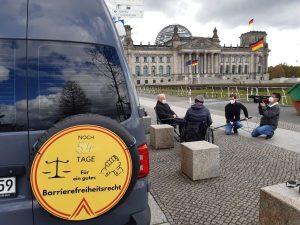 Gespräche am Mehr Barrierefreiheit Wagen mit Kamerateam vor dem Reichstag