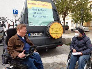 Dr. Sigrid Arnade im Gespräch mit Dr. Volker Sieger am Mehr Barrierefreiheit Wagen