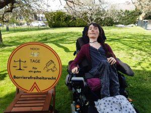 Marleen Soetandi mit dem Logo: Noch 48 Tage für ein gutes Barrierefreiheitsrecht